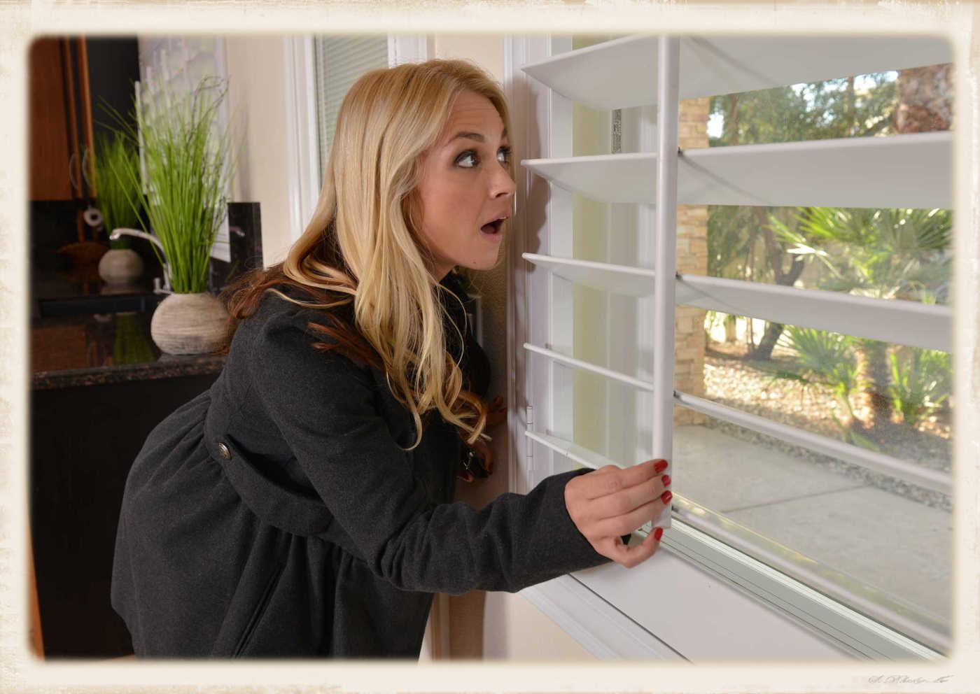 Sarah Vandella peeking